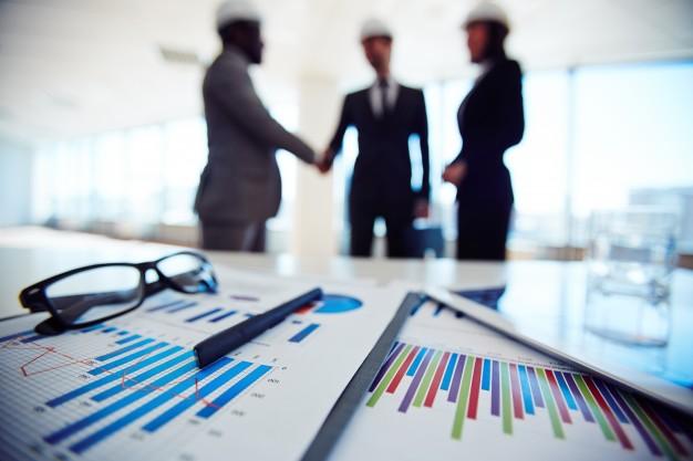 objetos-de-negocios-com-executivos-discutindo-projeto-na-reuniao_1098-4066